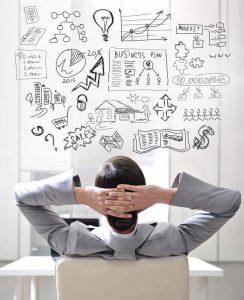 אדם יושב מול תוכנית עסקית