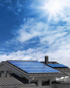 פנלים סולאריים שהותקנו על גג בית