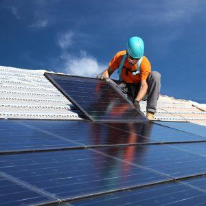 התקנת לוח סולרי על הגג