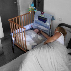 עריסת תינוק שמחוברת למיטת ההורים