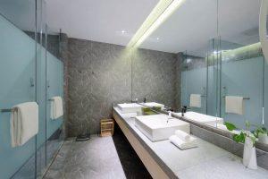 מחיצות זכוכית בחדר האמבטיה