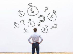 איש חושב איך להשקיע את הכסף שלו