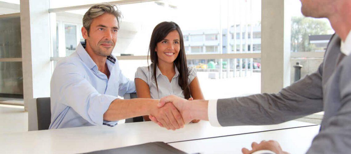 זוג מקבלים ייעוץ והלוואה מהבנק