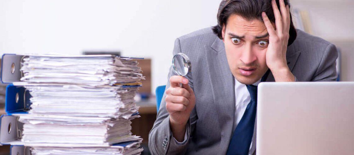 מנהל חשבונות טובע בעבודת ניירת
